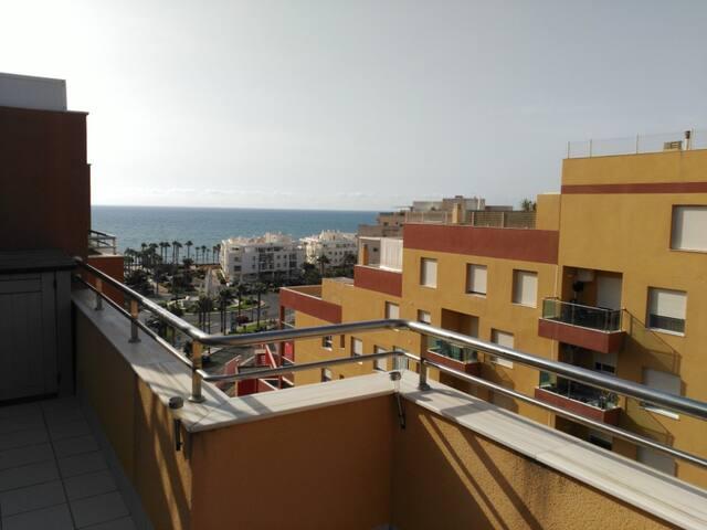 LUMINOSO ÁTICO EN RESIDENCIAL CERCANO AL MAR - Roquetas de Mar - Condominium