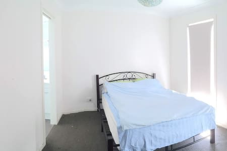 large single room in a quite suburb - Maison