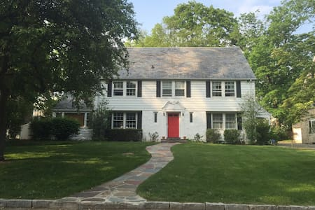 Charming Home in the Suburbs, 35 minutes to NYC - Scarsdale