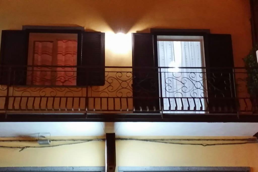 Il balcone esterno con vista via principale