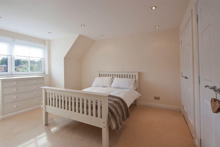Double bedroom on own floor in house with en-suite - Edinburgh