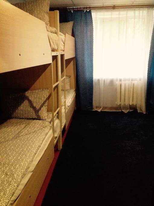 Общий 8-ми местный номер с удобствами на этаже, общей кухней,  зоной отдыха и стирки
