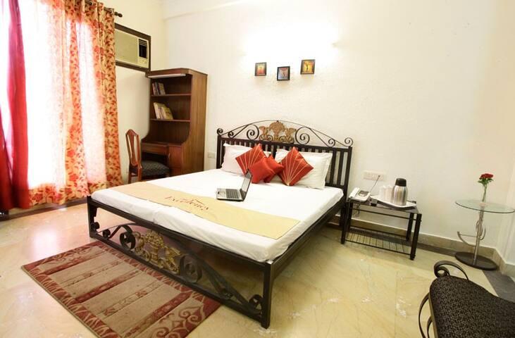 Comfortable AC room near Huda Metro Station GGN-IV