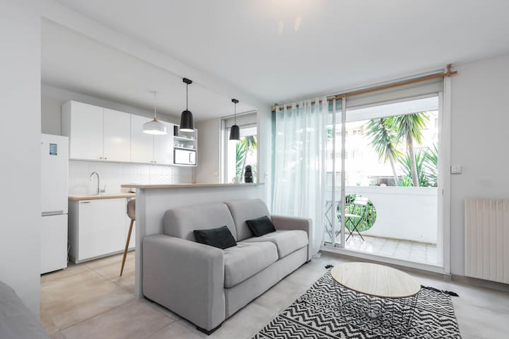 Modern apt fully furnished,wifi & parking included