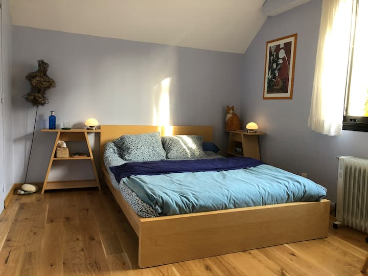 Chambre bleue Au premier étage  Lit confortable