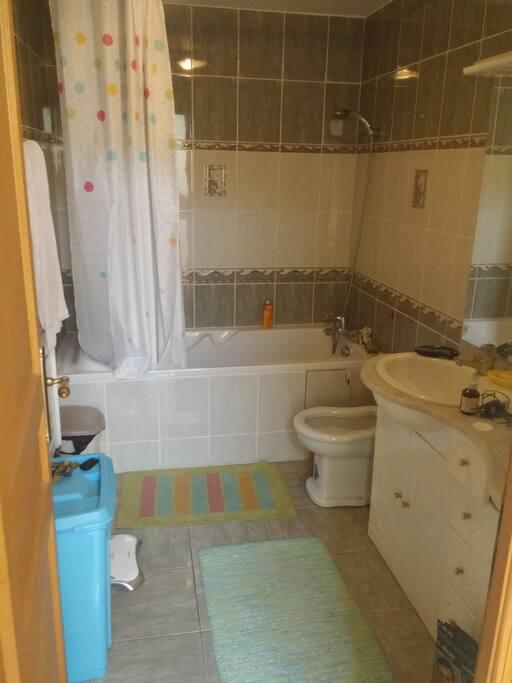 Salle de bain avec baignoire et deux lavabos.  Même étage que la chambre.