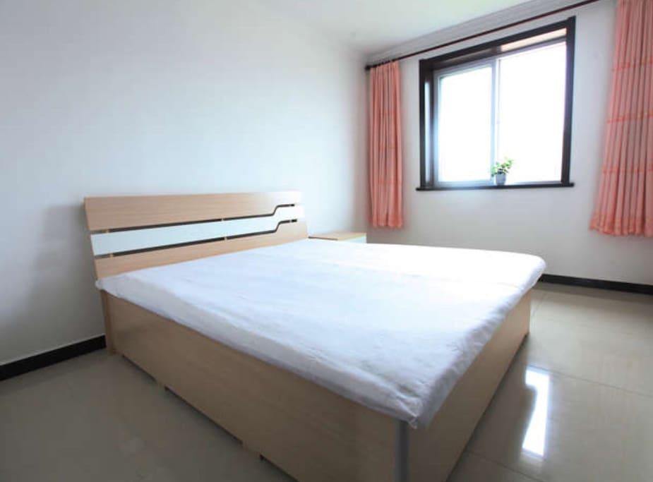 次卧:大床1.8*2米,宽敞舒适