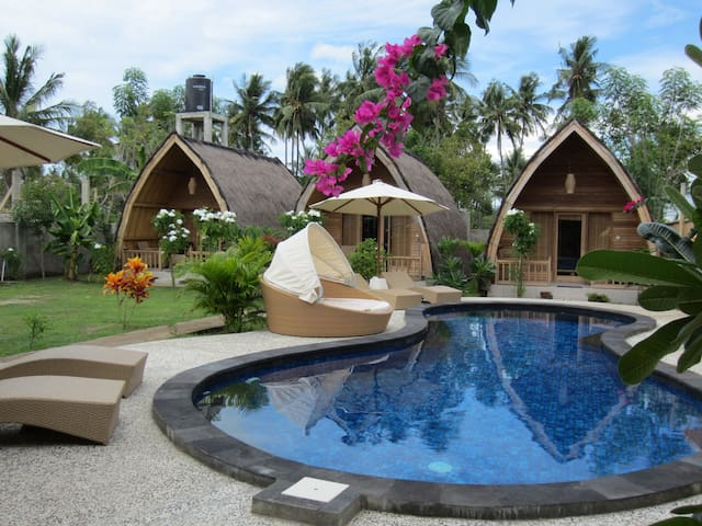Traditional lumbung with unique open-air bathroom - Gili Air - Penzion (B&B)