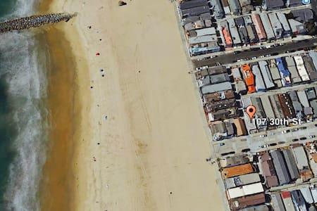 The Beach House: Steps from the Sand - 紐波特比奇 - 公寓
