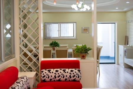 威海市中心金地商厦140平米三室两厅精装海景公寓,交通便利,有电梯有车位,离海边5分钟 - Weihai - Wohnung