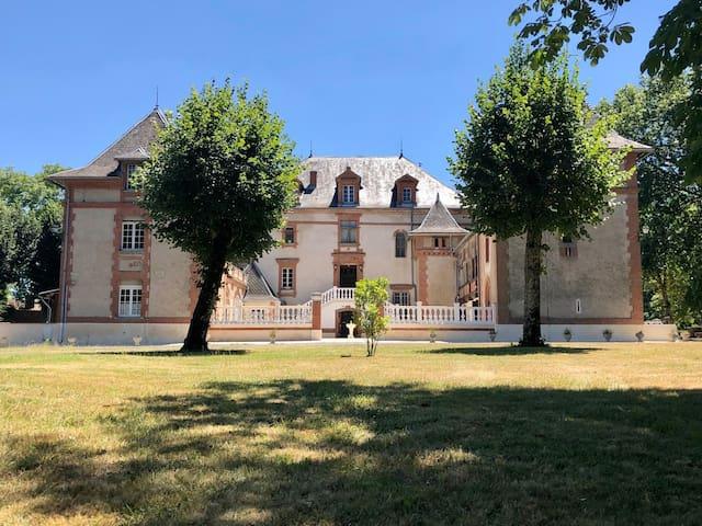 **CAMPER CHEZ L'HABITANT AU PIED D'UN CHÂTEAU