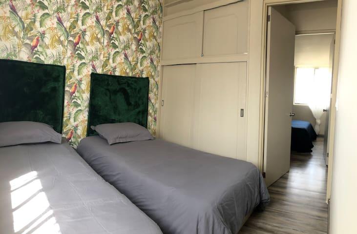 Recámara con dos camas individuales