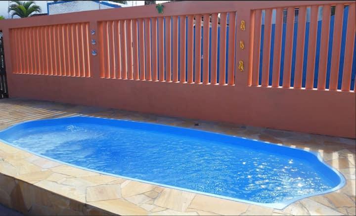 Aconchegante casa com piscina a 100m da praia