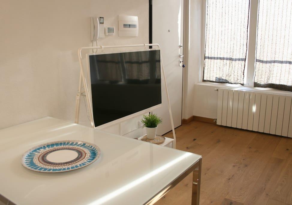 A Milano ci sono tante cose da fare, ma se restate a casa avete come intrattenervi: maxi schermo tv con accesso a Netflix e wifi internet gratis
