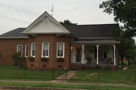 Charming home in the middle of Clarksville - Clarksville