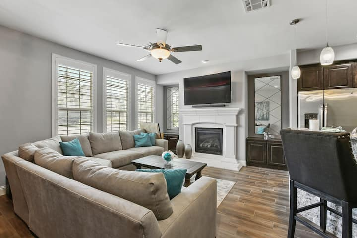 Luxurious Townhouse across from Legacy West