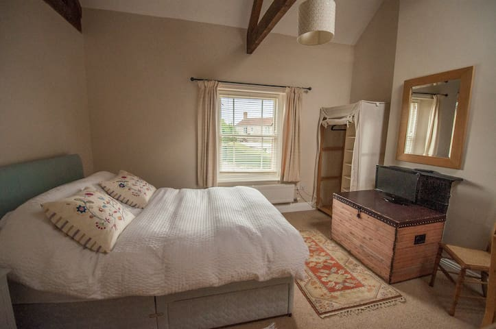 Pretty double room with en suite in family home