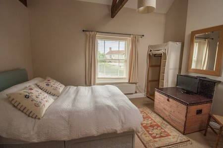 Pretty double room with en suite in family home - Langport