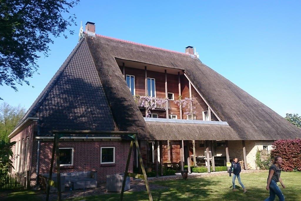 Sfeervolle en ruime woonboerderij friesland huizen te for Woonboerderij te huur landelijk