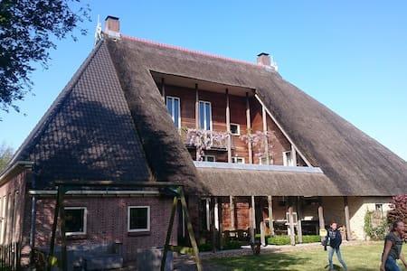 Sfeervolle en ruime woonboerderij Friesland - Sondel - Dom