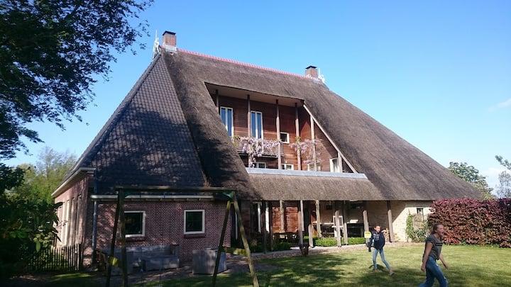 Sfeervolle en ruime woonboerderij Friesland