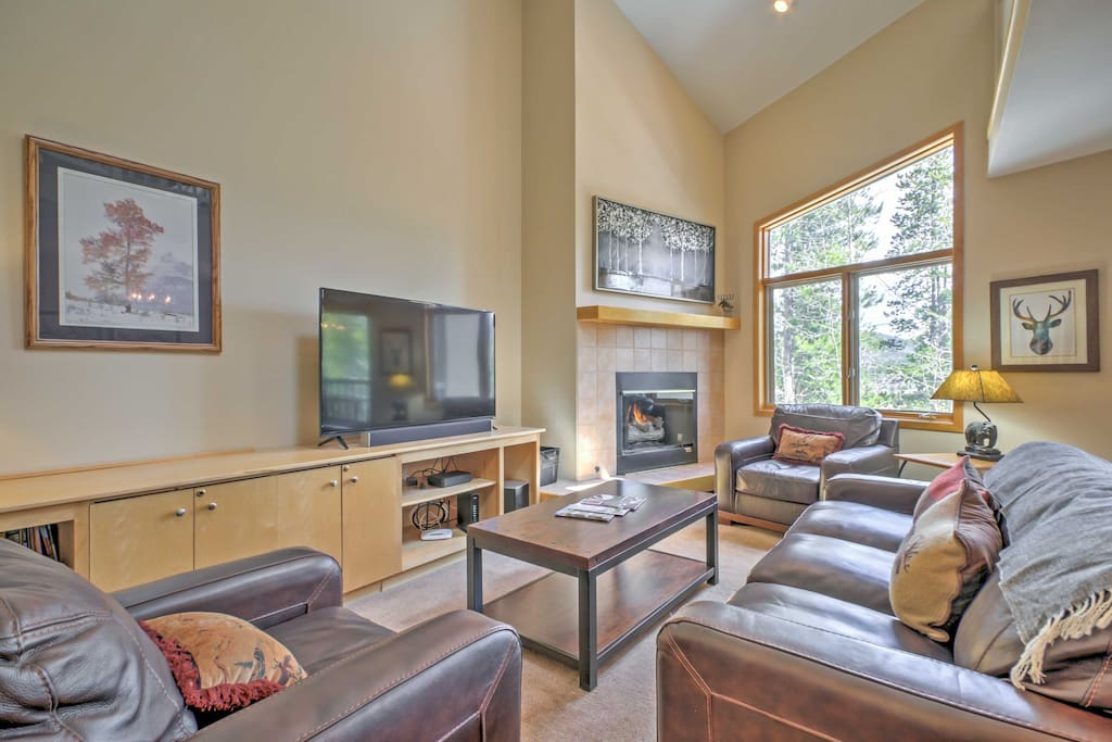 Unwind and lounge in front of the fireplace on the cozy leather furnishings in the main living room.
