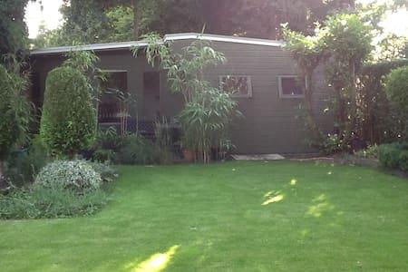 Houten bungalow in groene tuin - Waalre - Bungalow