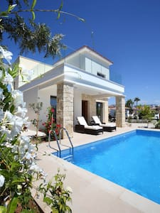 New, luxury seaside villa with private pool. - Chloraka - Villa
