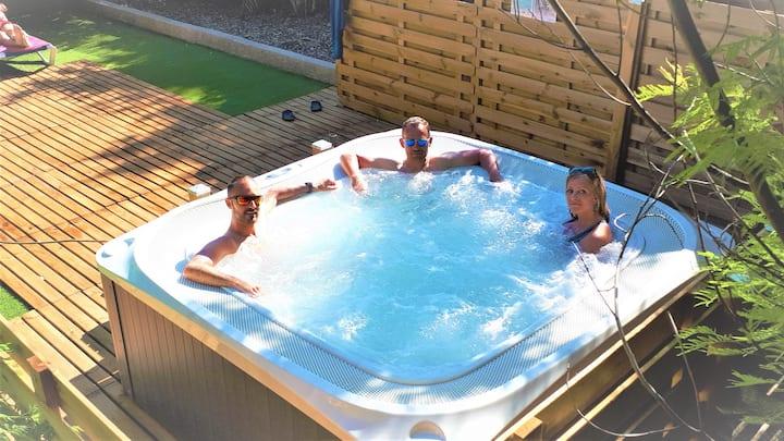 Chambre triple, petit-déjeuner inclus, avec terrasse, jacuzzi, piscine, parking gratuit