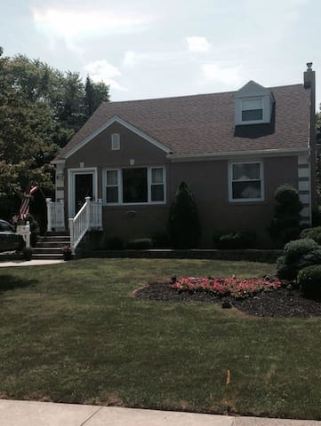 FAMILY HOME FOR POPE VISIT -- PHILA - Springfield