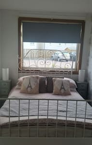 Family room with external bathroom - Bathgate - 家庭式旅館