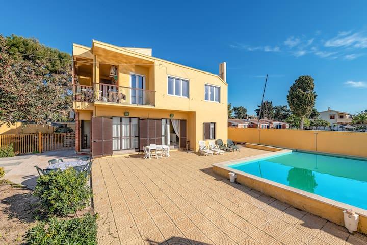 "Charming Holiday Home ""Villa sul mare con piscina privata"" with Sea View, Wi-Fi, Garden & Pool; Parking Available"