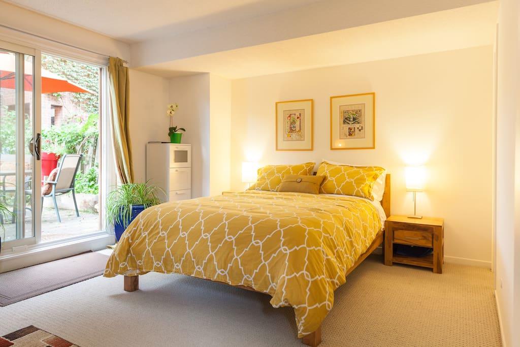 Private suite ensuite bath garden patio parking suite for Piani di una casa piani con suite di legge