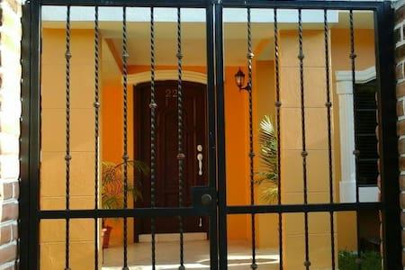 Gorgeous Gated Gardenia Home - Managua - Ház
