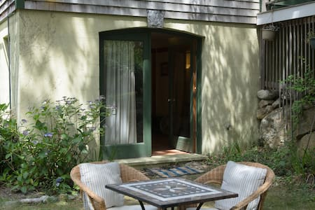 Easy Vineyard Retreat: Breathe - Vineyard Haven