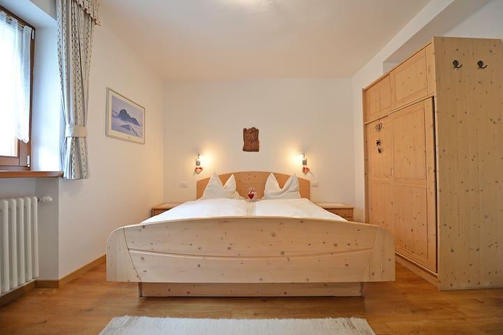 "Apartments Dolomie - camera da letto - Schlafzimmer - bed room ""Saslong"""