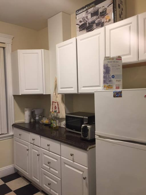 Fully equipped kitchen with10 cabinets.