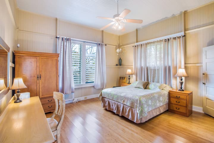 Renovated Plantation Home; Walk into Wailuku Town!