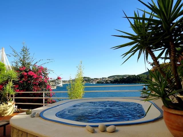 Sea side Villa for 6 + jacuzzi Dubrovnik Croatia