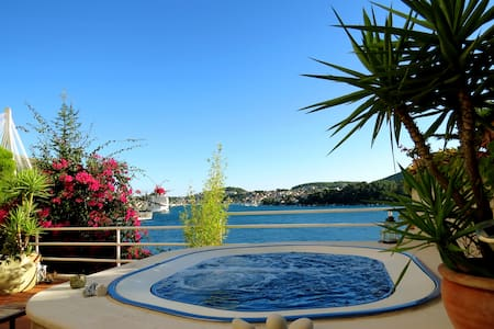 Sea side Villa for 6 + jacuzzi Dubrovnik Croatia - Lozica