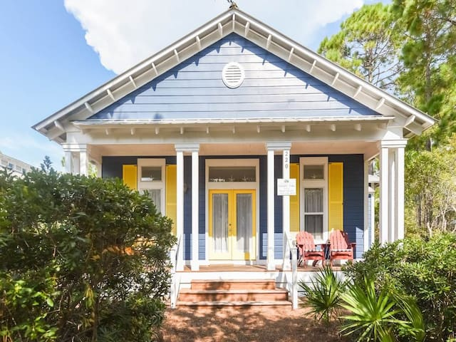 Quaint 3 bedroom home, Walk to the beach and dining, 4 Bikes provided