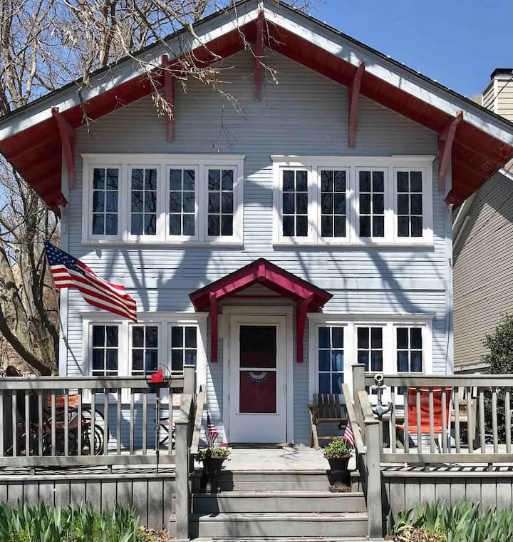 Cozy, Historic Cottage, short walk to Lake MI