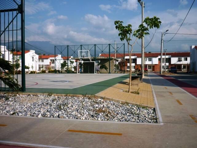 Un buen parque disponible para hacer deporte