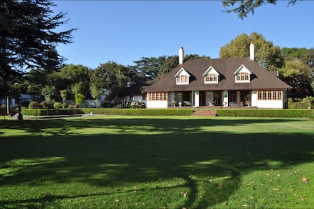 PARK LIKE GROUNDS Close to ROSEBANK - Johannesburg - House