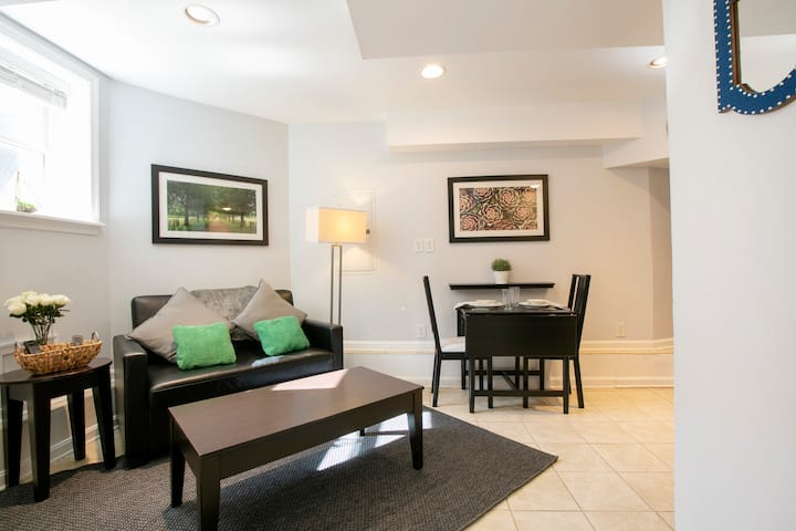 Charming Historic Row-House Apt -Convention Center