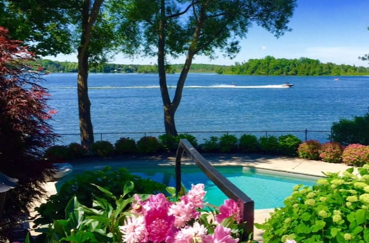 Puslinch Lake Waterfront Cottage with a Pool