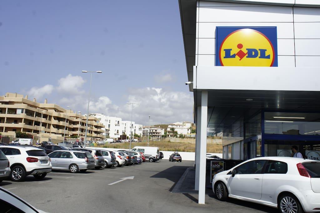 Lidl Supermarket: 5 min walking
