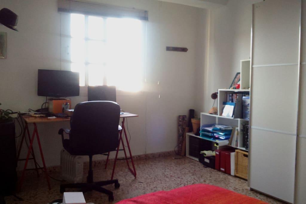 Habitación con cama doble, vistas y muy soleada