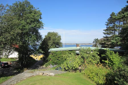 House with oceanview and 100m to a beach. - Ellös - Huis