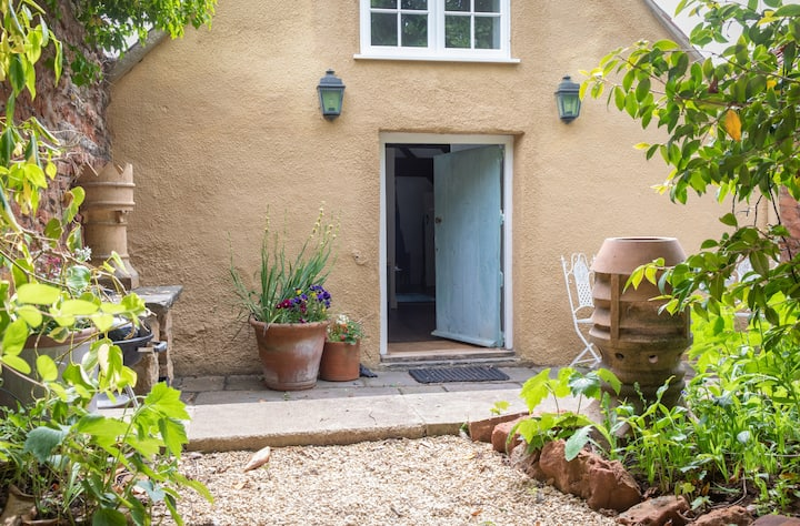 Farmhouse Apartment nr Bath + Bristol with hot tub